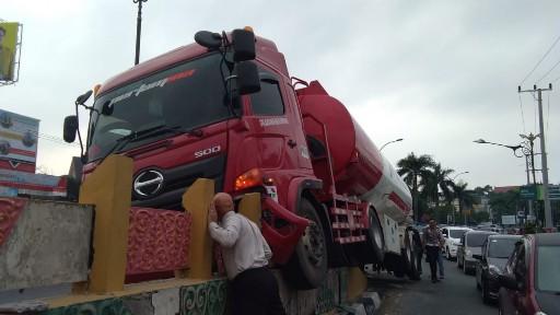 Truk Pertamina Panjat Median Fly Over Jalan Sudirman Pekanbaru