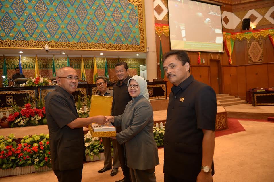 Gubri Hadiri Paripurna DPRD Tentang Penyampaian LKPJ Kepala Daerah Tahun 2016