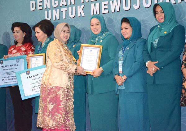 Ketua TP PKK Prov Riau Terima Penghargaan Pakarti Utama III Tingkat Nasional