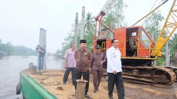 Tinjau Progres Rehabilitasi Jembatan Desa Bente, Mandah