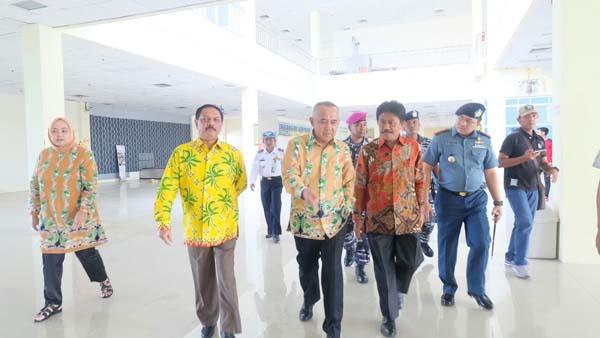 Sekda Jemput Kedatangan Gubri Dan Dirjen Perkebunan Di Bandara Tempuling