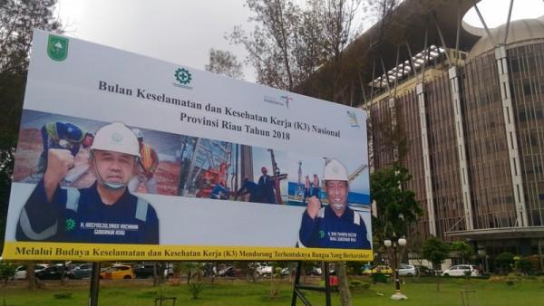 Baliho Andi Rachman Masih Terpampang di Halaman Kantor Gubernur