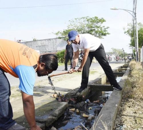 Turun ke Jalan, Pj Bupati Inhil Lakukan Aksi Bersih-bersih Saluran Got