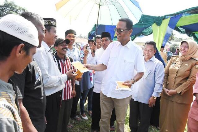 Bupati Kampar Azis Zaenal Serahkan Uang Kompensasi PT Ciliandra