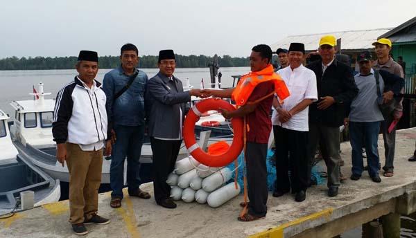 Bupati Inhil Serahkan Bantuan 10 Unit Kapal Motor Fiber Kepada Sejumlah Nelayan Lokal