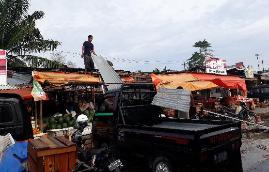 PKL Pasar Arengka Bongkar Lapak Sendiri