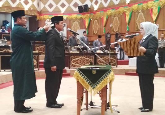 Ketua DPRD Riau Lantik PAW Anggota DPRD Riau Solikhin Dahlan
