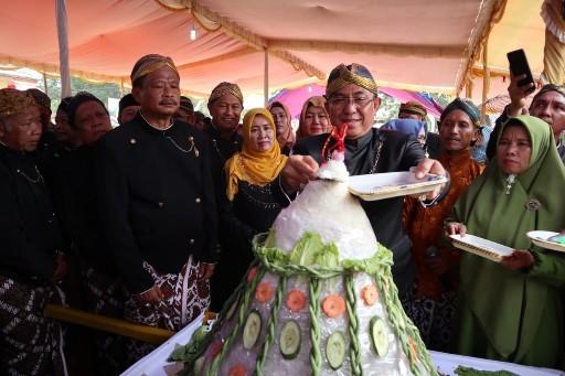 Bupati Inhil Hadiri Grebek Suro dan Kirab Budaya di Kecamatan Kempas
