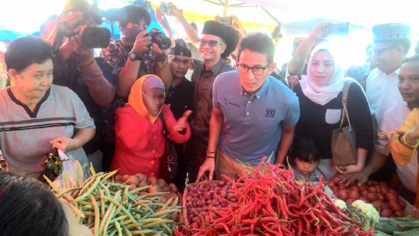 Warga Histeris Sambut Kunjungan Sandiaga di Pasar Cik Puan