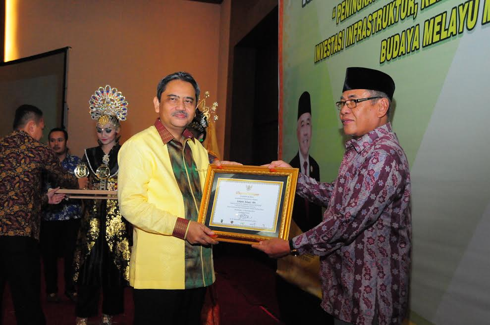 Sekdaprov Hadiri Riau Invesment Award 2016