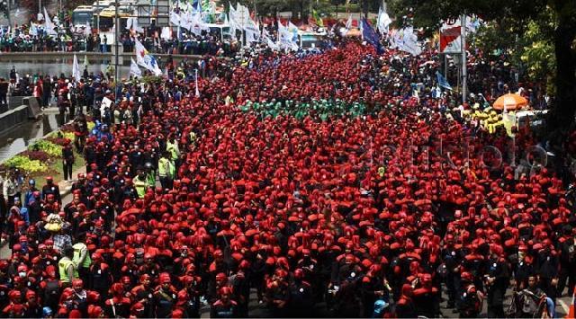 Ribuan Buruh Demo